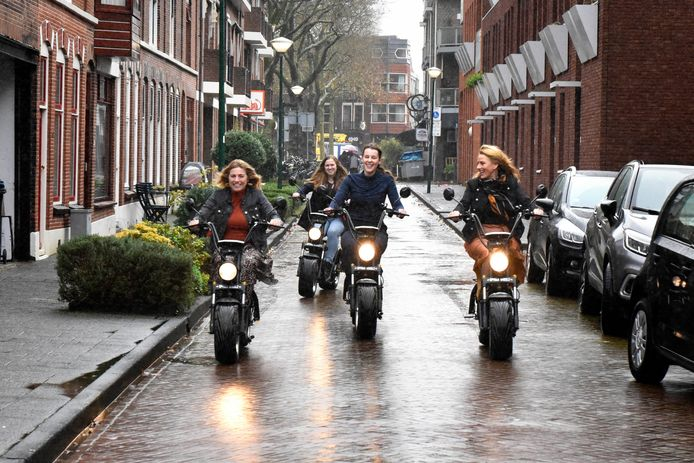 Kitty Kusters, Aleid de Bruijn, Anouk de Clercq en Mariëlle Driessen op de e-choppers die je vanaf nu bij de VVV kunt huren om Woerden en omgeving te verkennen.