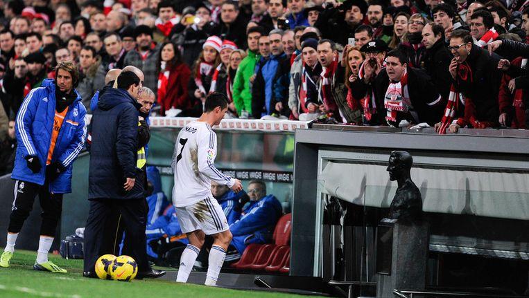 Cristiano Ronaldo duikt de catacomben in na zijn rode kaart. Beeld getty