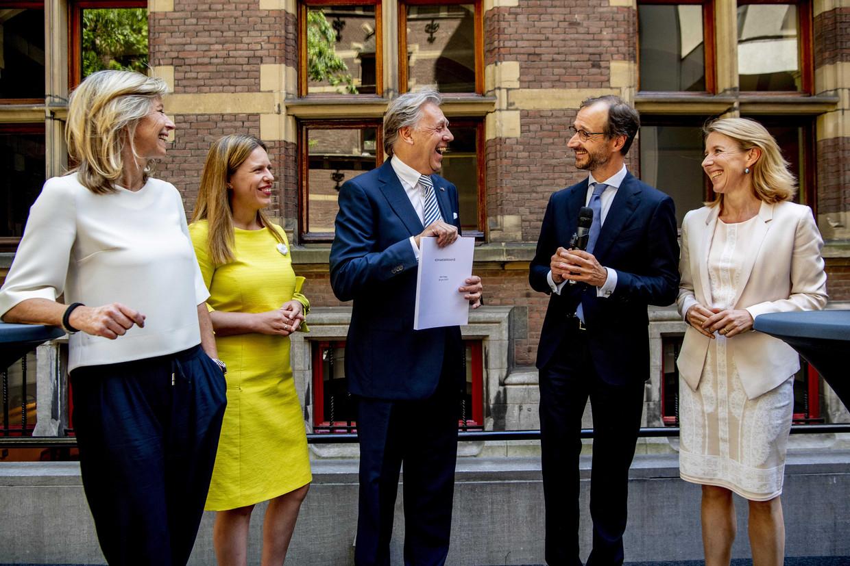 Minister Eric Wiebes (tweede van rechts) met Ed Nijpels, voorzitter van de klimaattafels.  Beeld ANP