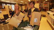 Personeel gemeentehuis gooit overtollig papier weg