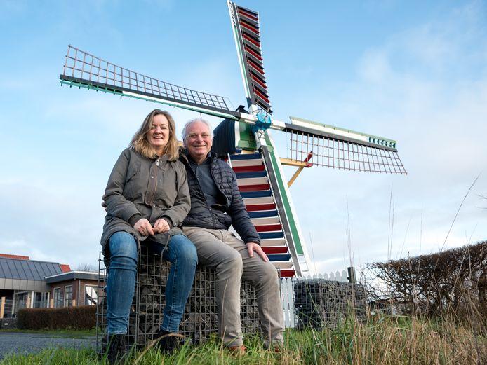 Sijmen Plomp en Carin Koekoek voor hun pannenkoekenrestaurant en de bijbehorende molen De Lelie. Ze willen per 1 maart open onder de naam Pannenkoekenhuys De Molen.