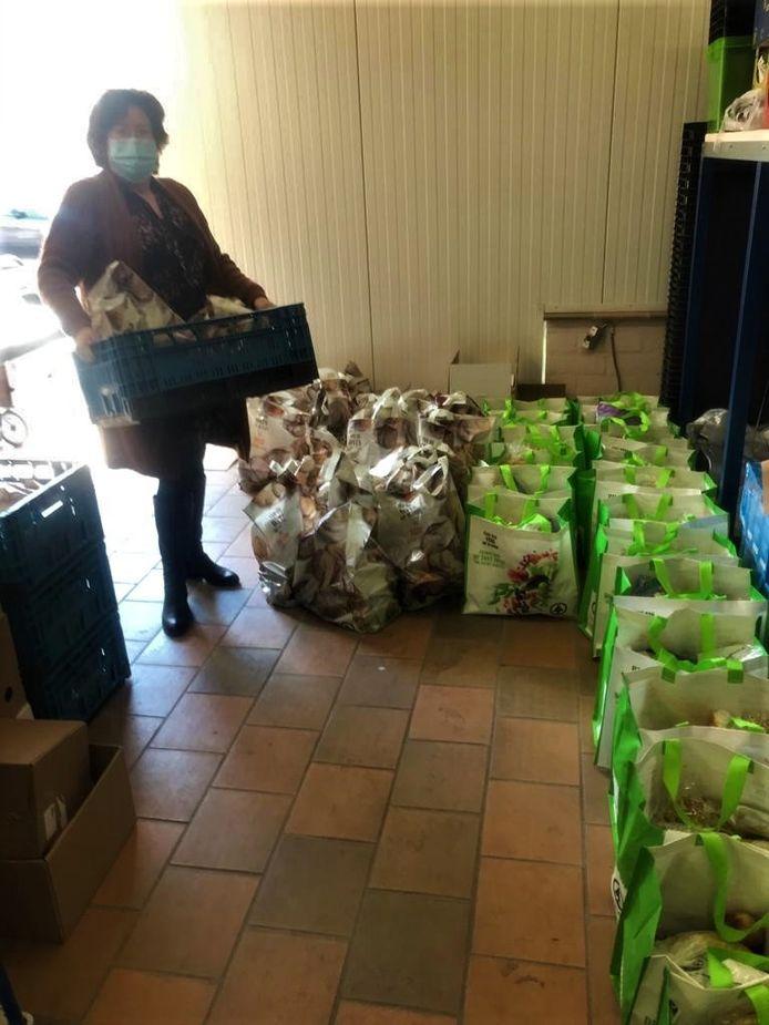 153 voedselpakketten worden klaargezet.