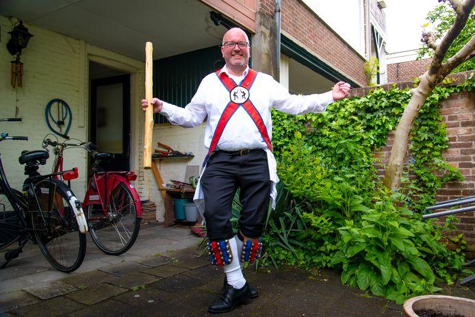 Arnold Madderom (57) doet al 35 jaar aan Morrisdansen: ,,Naast het dansen draait het ook om gezelligheid en feest. Wij dansen altijd op 50 meter van een kroeg.''