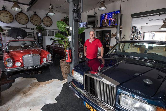 John Potters tussen zijn autoverzameling in de voormalige Septer-garage in Tiel.