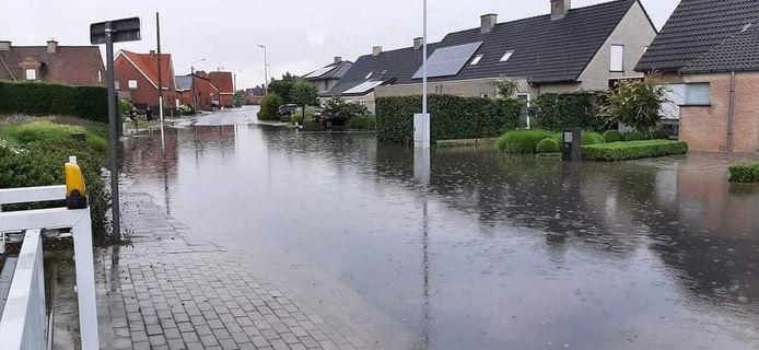 Enkele straten kwamen even onder water te staan zoals hier in de Tuileboomstraat in Sint-Eloois-Winkel
