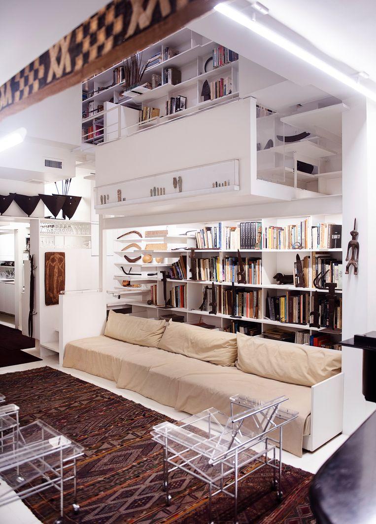 Plexiglas 'Paul vond dat de meubels de stijl van een huis moeten reflecteren. In de jaren zeventig kon hij geen meubels vinden die zijn stijl typeerden, dus maakte hij met metaal en plexiglas zelf tafels en stoelen.' Beeld Els Zweerink