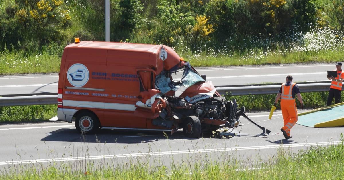Ravage op N261 bij Kaatsheuvel, meerdere botsingen in file met gekantelde vrachtwagen.
