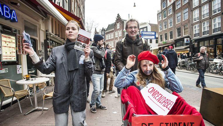 Studenten houden ludieke acties rond het Spui, 4 maart 2015. Beeld Guus Dubbelman / de Volkskrant