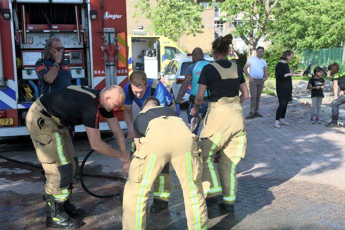 Het meisje wordt schoongemaakt door brandweerlieden.