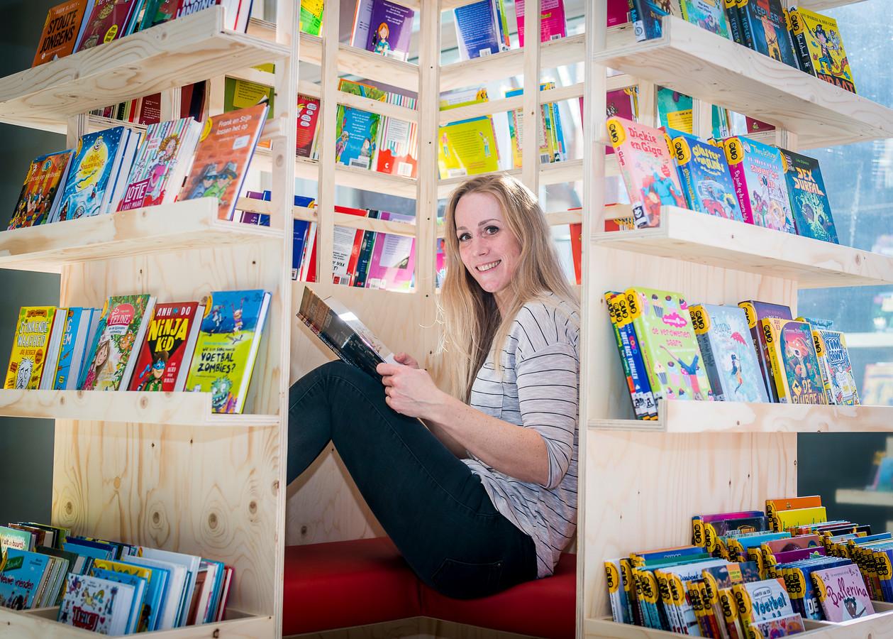 Daniëlle de Nijs van de bibliotheek in de Barendrechtse wijk Carnisselande. De vernieuwde vestiging gaat maandag weer open voor boekenafhaal.