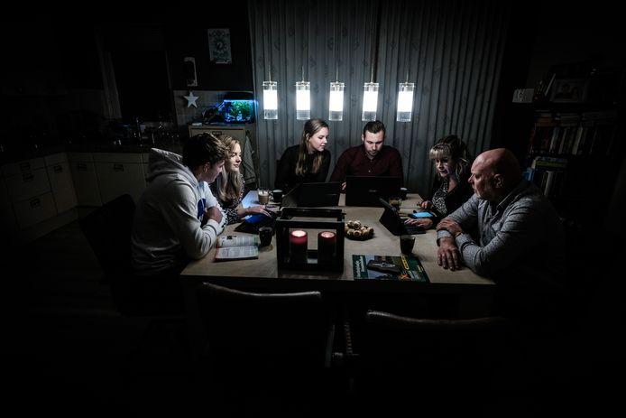 Stanley Praster, Celine Meijer, Maureen Hamstra, Vincenzo Meijer, Stefani Meijer en Renzo Meijer in actie bij de digitale Das Groessen Kwis, zaterdagavond.
