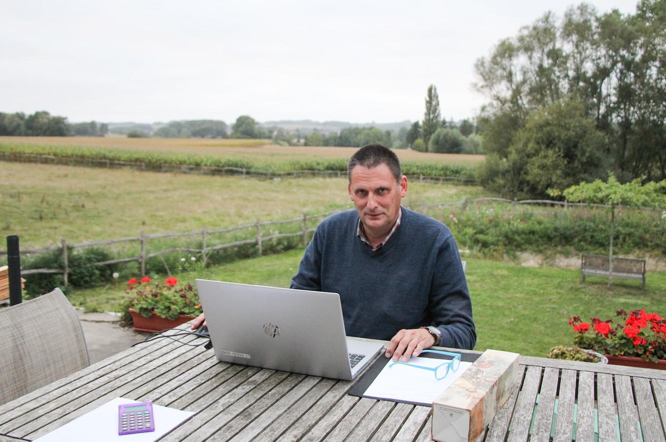 Peter Vanderstuyf op het terras dat de vorige eigenaar van het huis illegaal heeft aangelegd.