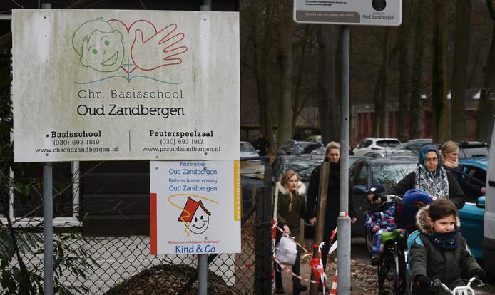 De ingang van het parkeerterrein van de basisschool Oud Zandbergen in Huis ter Heide.