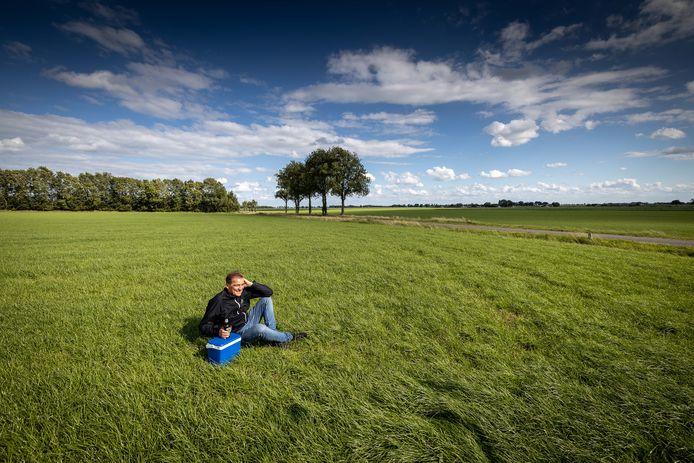 Organisator Henk Kranendonk drinkt nu maar zelf 'een potje bier' op het terrein waar donderdag Dicky Woodstock had moeten beginnen.