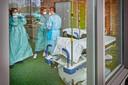 Personeel van ziekenhuis Bernhoven in Uden maakt zich op voor de komst van meer coronapatiënten.