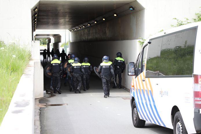 Politie stuurt supporters weg die naar het ADO-stadion proberen te gaan.