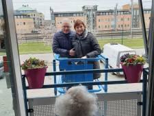 Creatief in coronatijd: Petra uit Houten huurt hoogwerker om moeder (93) te bezoeken, en zij is niet de enige