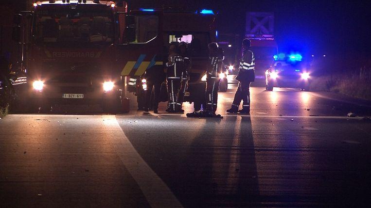De wegpolitie en de brandweer kwamen ter plaatse om de vaststellingen te doen en de weg op te ruimen.