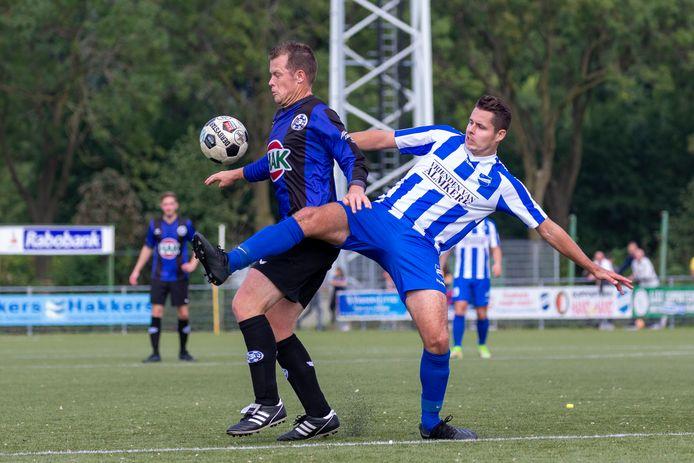 Wilco van Rossem, 'man of the match' bij GRC 14, houdt Almkerker Thomas Blankers van de bal.