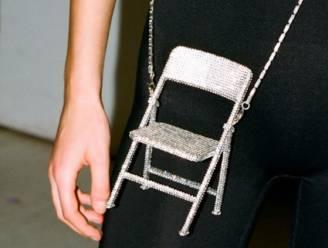 Is dit de meest onpraktische handtas ooit? De tas kost meer dan 700 euro en je kan er niets in opbergen