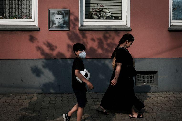 In een straat in Gelsenkirchen wordt met een foto eer bewezen aan de beroemde Schalke-speler  en oud-international Reinhard 'Stan' Libuda. Beeld Daniel Rosenthal / de Volkskrant