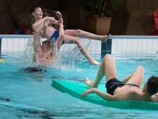 Voor het eerst - mét negatieve coronatest - weer zwemmen in Groenlo: 'We wilden heel graag weer iets normaals doen'