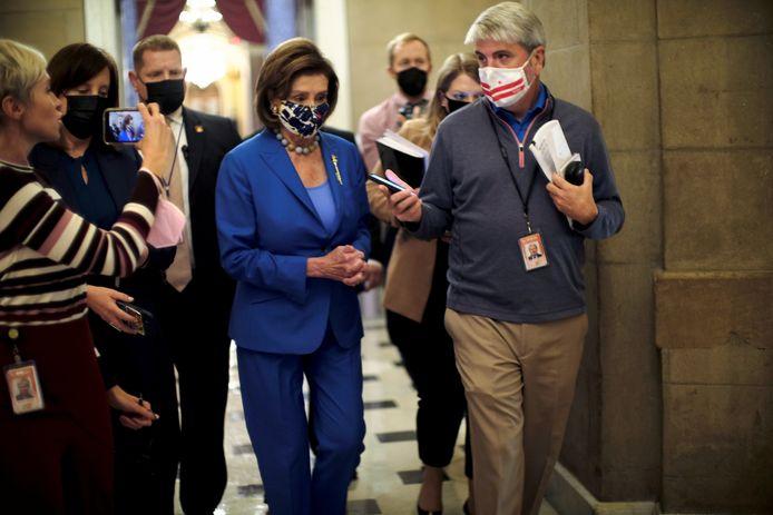 Een journalist interviewt Nancy Pelosi, de leider van de Democraten in het Huis van Afgevaardigden.
