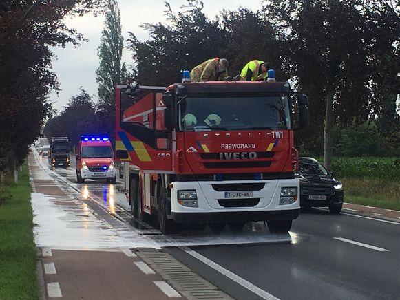 De brandweer spoot een detergent op het wegdek.