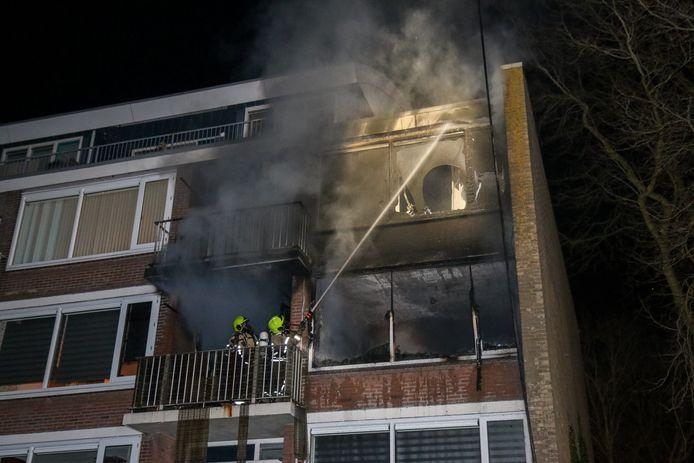 Bij de brand in Hellevoetsluis is één persoon overleden.