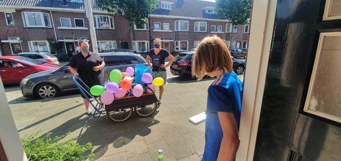 Onderwijsassistent Sarah van der Kaa (links) en Lerares Marloes Cuelenaere gingen met een bolderkar langs om de leerlingen te verrassen.
