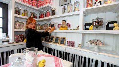 """Guido (68) en Pom (67) openen opnieuw kleinste snoephuisje: """"Pensioen? We willen dit nog 50 jaar doen"""""""