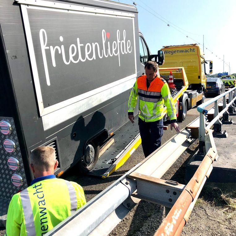 Jan van de wegenwacht en weginspecteur Marco redden frituurwagen Frietenliefde. Beeld