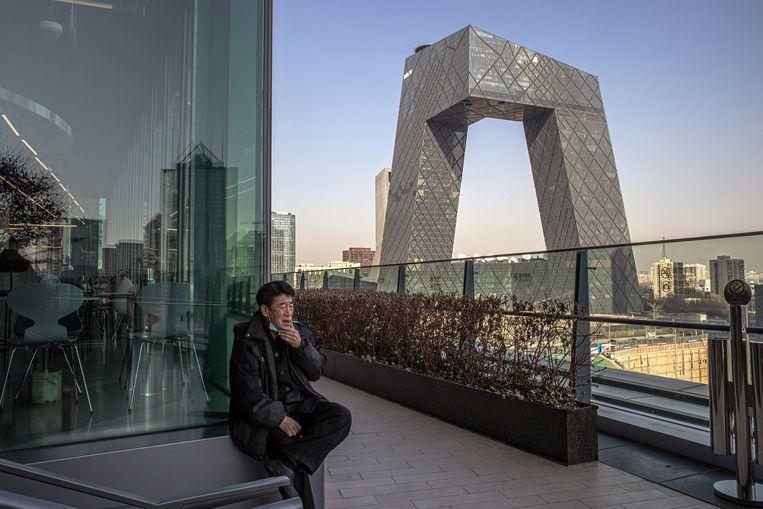 Het gebouw van de Chinese nationale omroep CCTV, op sociale media 'Grote broek' genoemd. Beeld EPA