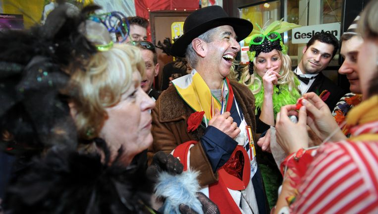 Minister Plasterk carnavalvierend in Den Bosch (2009). Beeld Joost van den Broek / de Volkskrant