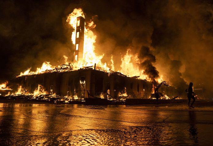 Verschillende gebouwen in Minneapolis werden bij de rellen in brand gestoken.