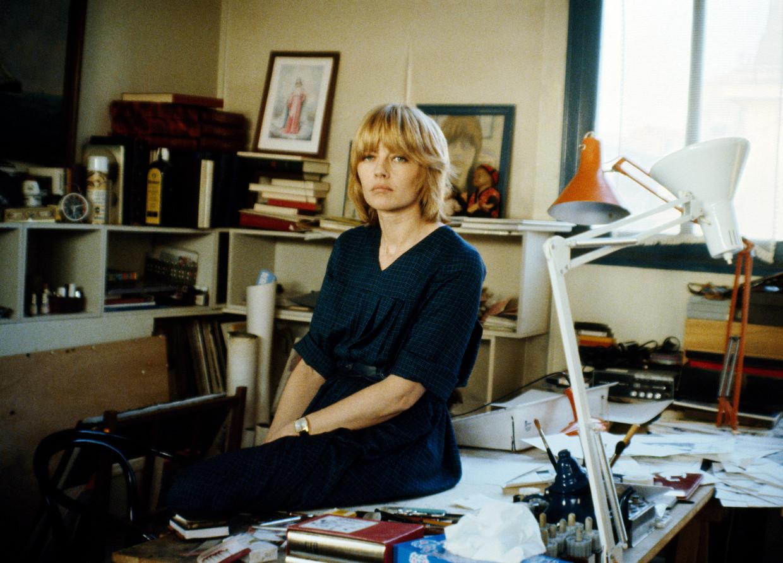 De Franse cartoonist Claire Bretécher in haar studio, 1979. Beeld null