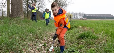 Scouts maken Overloon schoon