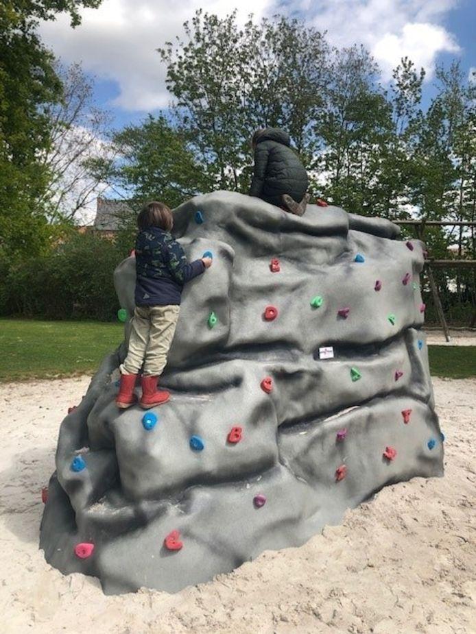 Kinderen kunnen zich voortaan ook uitleven op een klimrots.