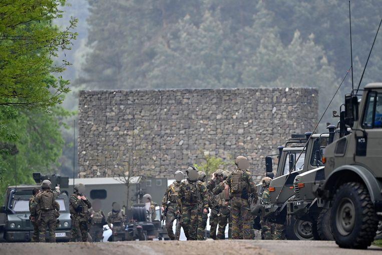 Zwaarbewapende soldaten bij de ingang van Nationaal Park Hoge Kempen in Maasmechelen. Beeld BELGA