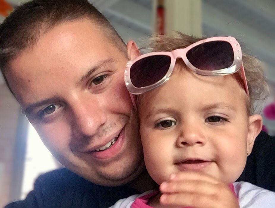 Steve Bruijns met zijn dochtertje Louise, die nu zonder hem moet opgroeien.