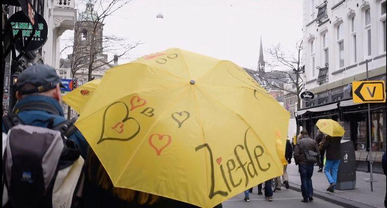 Protest tegen de coronamaatregelen, in de documentaire 'Samenzwevers' van Sunny Bergman. Beeld 2DOC