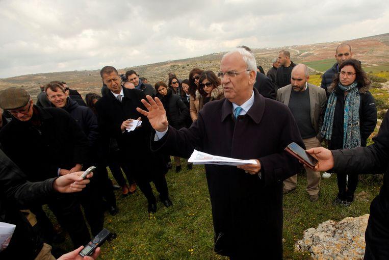 Saeb Erekat met buitenlandse diplomaten op de Westelijke Jordaanoever.  Beeld REUTERS
