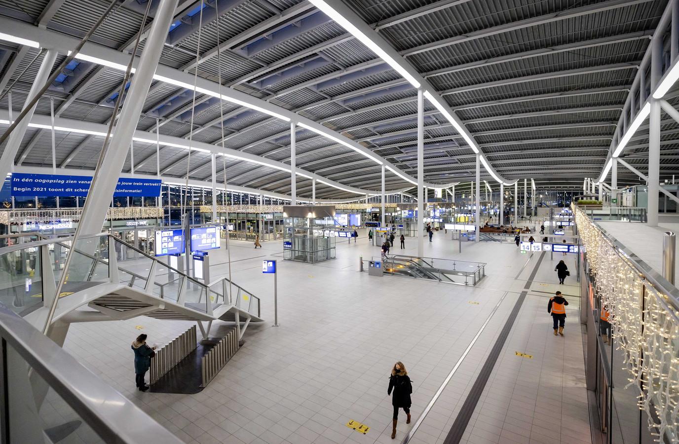 Utrecht Centraal afgelopen 15 december. Het aantal reizigers is slechts een fractie van normaal.