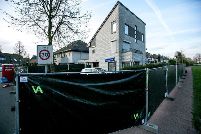 De woning die overvallen zou zijn is met schermen afgezet voor politieonderzoek.