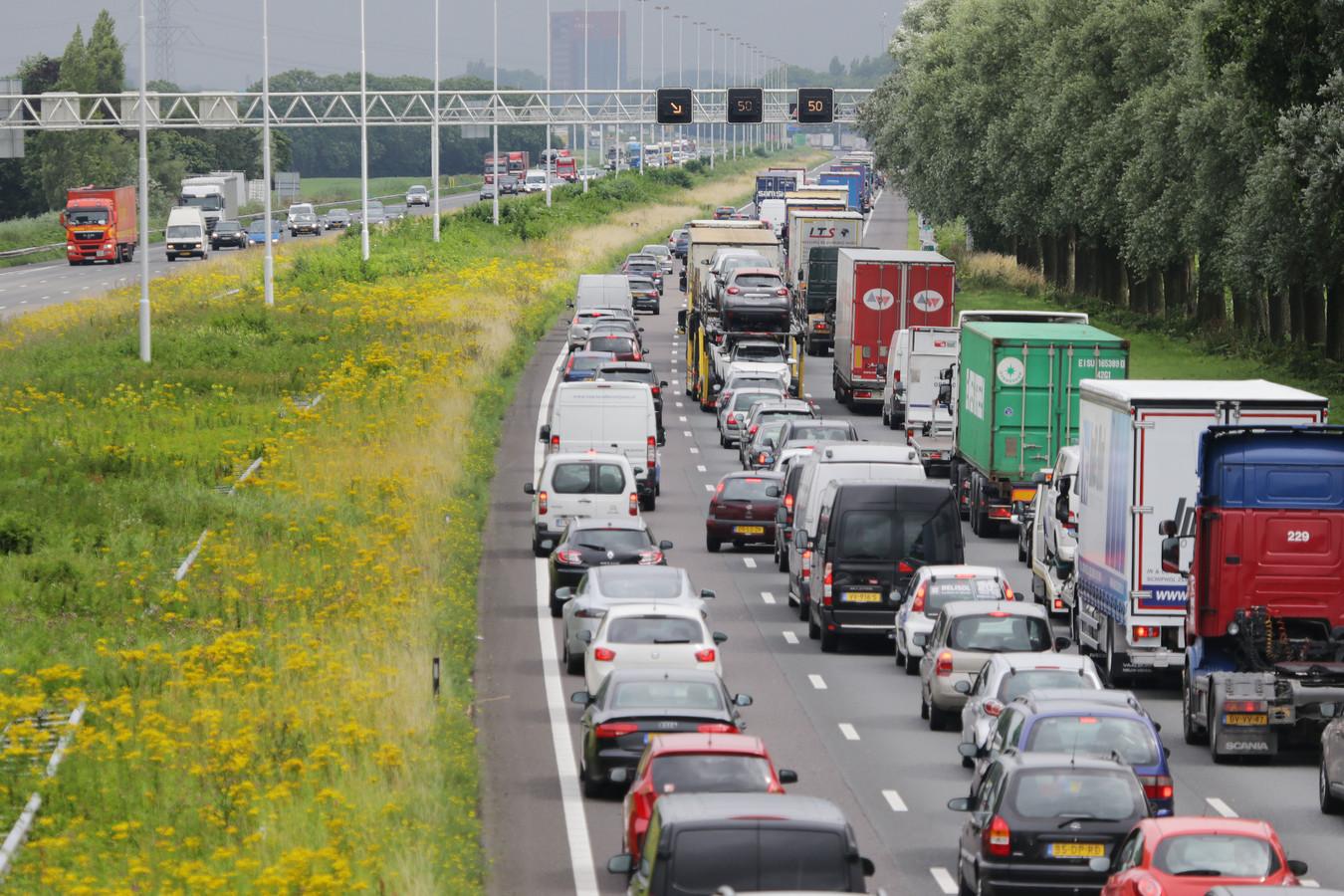Het gebeurt regelmatig dat er een lange file op de A16 staat doordat de Drechttunnel is afgesloten. Foto ter illustratie.