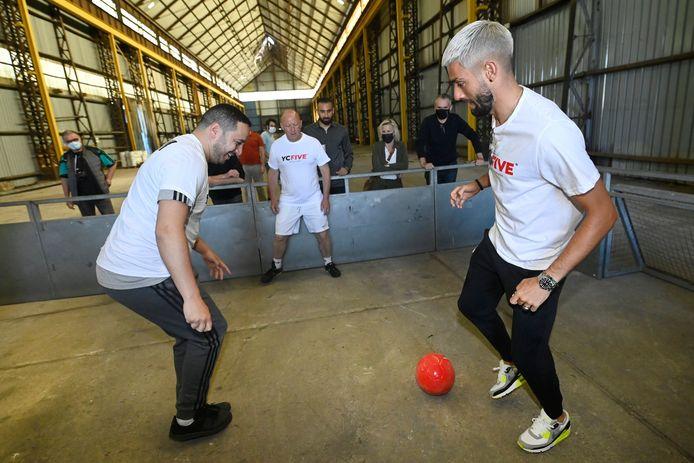 Hans Bonte speelt mee een potje voetbal bij de opening, met Yannick Carrasco.