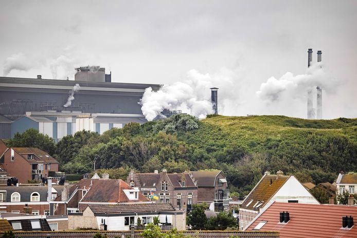 De hoogovens van Tata Steel gezien vanuit Wijk aan Zee
