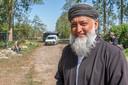 Imam Sharief Goelab van Masdjied-E-Awliya maakt het vrijdagmiddag maar een beetje gezellig, nu hij toch veel eerder dan anders naar de moskee is gekomen. Pegida-demonstranten laten zich vanmiddag niet zien.