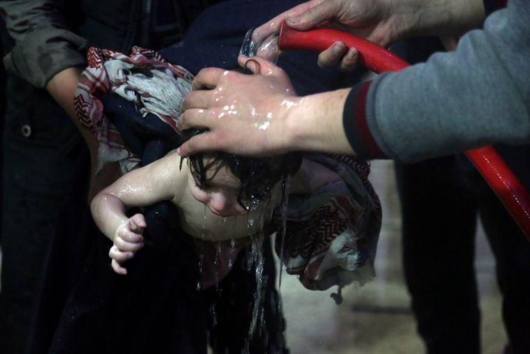 Een kind, vermoedelijk een slachtoffer van de gifgasaanval, wordt verzorgd in een ziekenhuis in Douma, zaterdag 7 april.