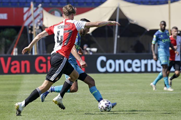 Ramon Hendriks (op de rug gezien) tijdens een oefenwedstrijd van Feyenoord 1.